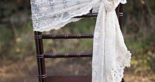 Unser elfenbeinfarbener Spitzenläufer kann auch als fließende Stuhlschärpe verwendet werden.